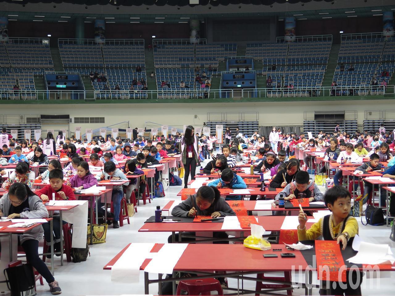 桃園市政府文化局今天舉行全國春聯書法比賽,吸引千人參與,場面壯觀。記者張裕珍/攝...