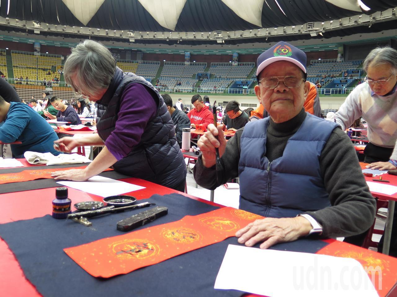 90歲的陳作楠是場中最高齡者,也以擅長的草書輕鬆揮毫春聯。記者張裕珍/攝影