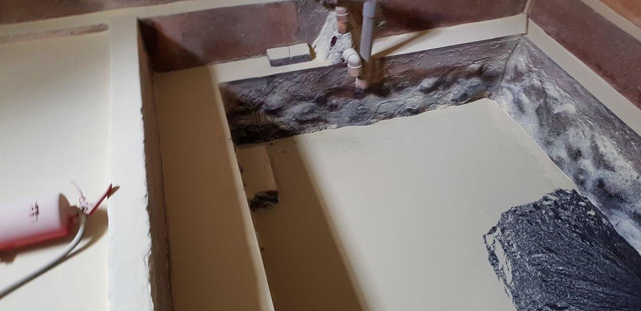 新北市金山區磺港里「磺港公共溫泉」下男湯,日前被發現遭人蓄意破壞,有人持滅火器把...
