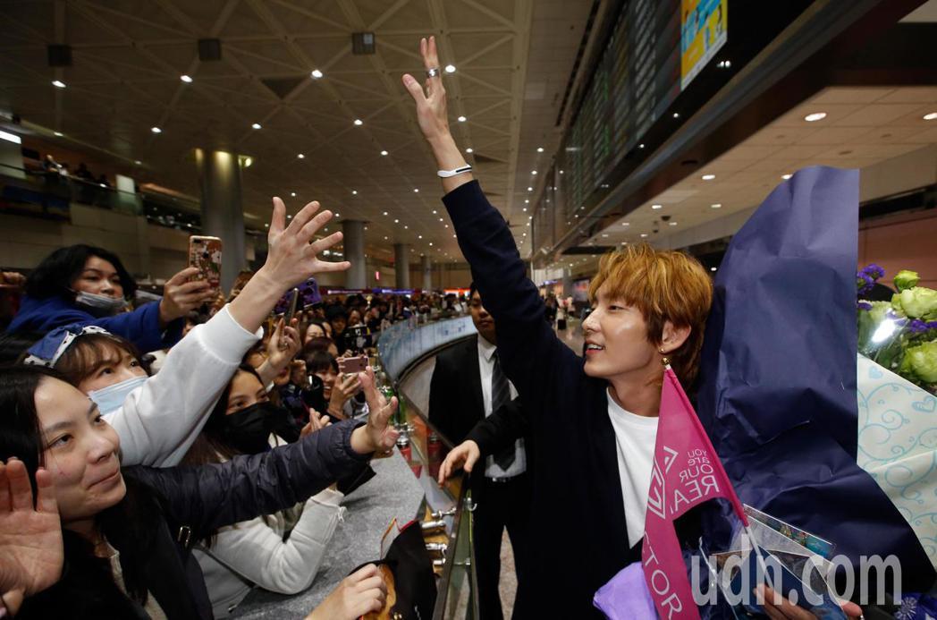 韓星李準基中午抵台,在入境大廳約有超過百位粉絲接機。記者鄭超文/攝影