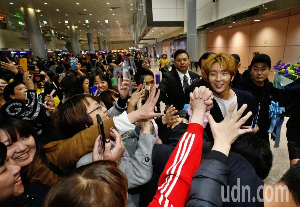 韓星李準基中午抵台,在入境大廳約有超過百位粉絲接機,他還跟粉絲十指緊扣。記者鄭超...