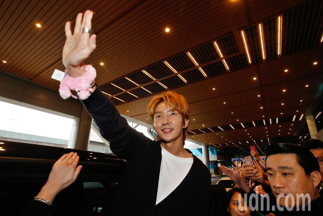 韓星李準基中午抵台,登上保母車前還向粉絲們揮手致意。記者鄭超文/攝影