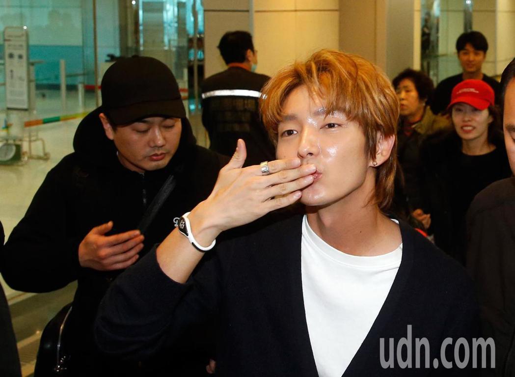 韓星李準基中午抵台,一下飛機就向粉絲們獻出飛吻。記者鄭超文/攝影