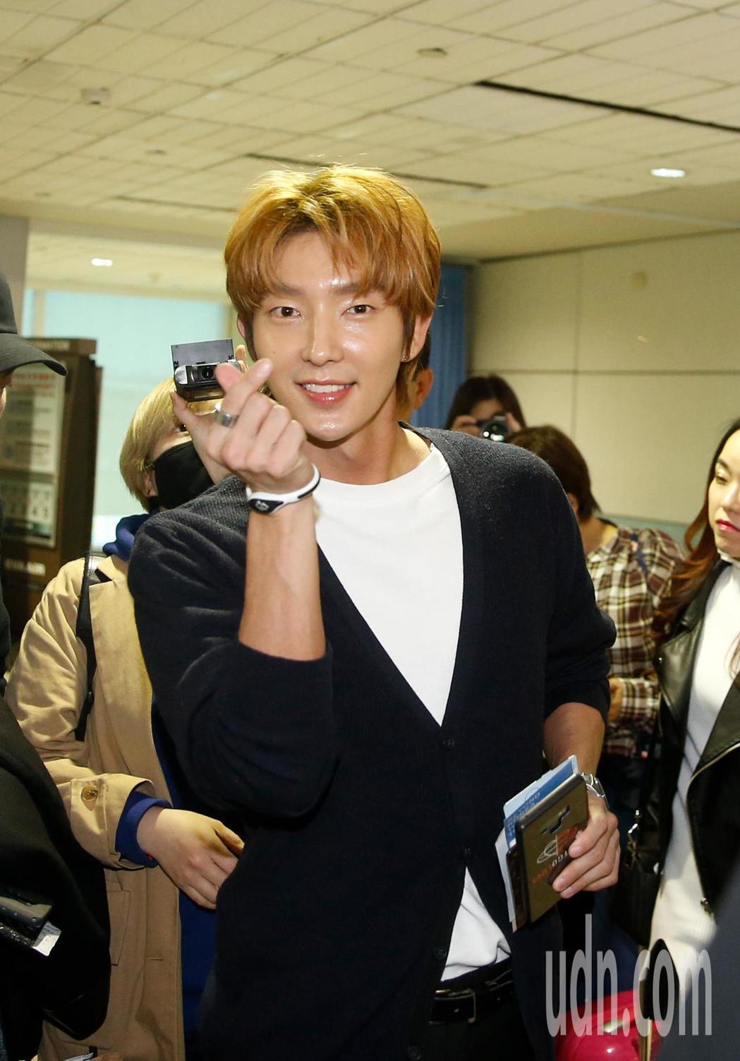 韓星李準基中午抵台,一下飛機就向粉絲們比出小愛心。記者鄭超文/攝影