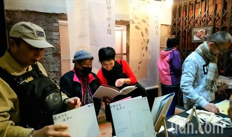 景文科技大學視覺傳達設計系學生陳柏森、許琇雯、林亞欣舉辦「忘憂人故事特展」,不少...