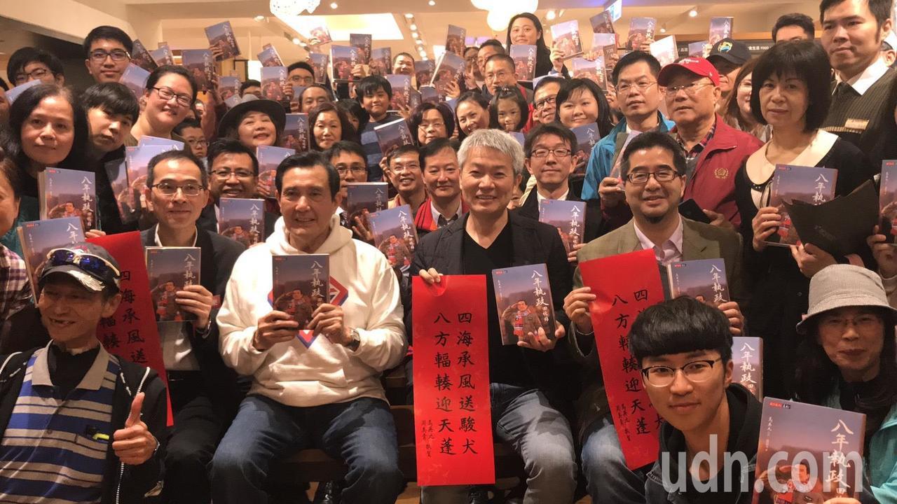 前總統馬英九(前排左3)今天下午在花蓮辦簽書會,吸引大批粉絲。記者王燕華/攝影