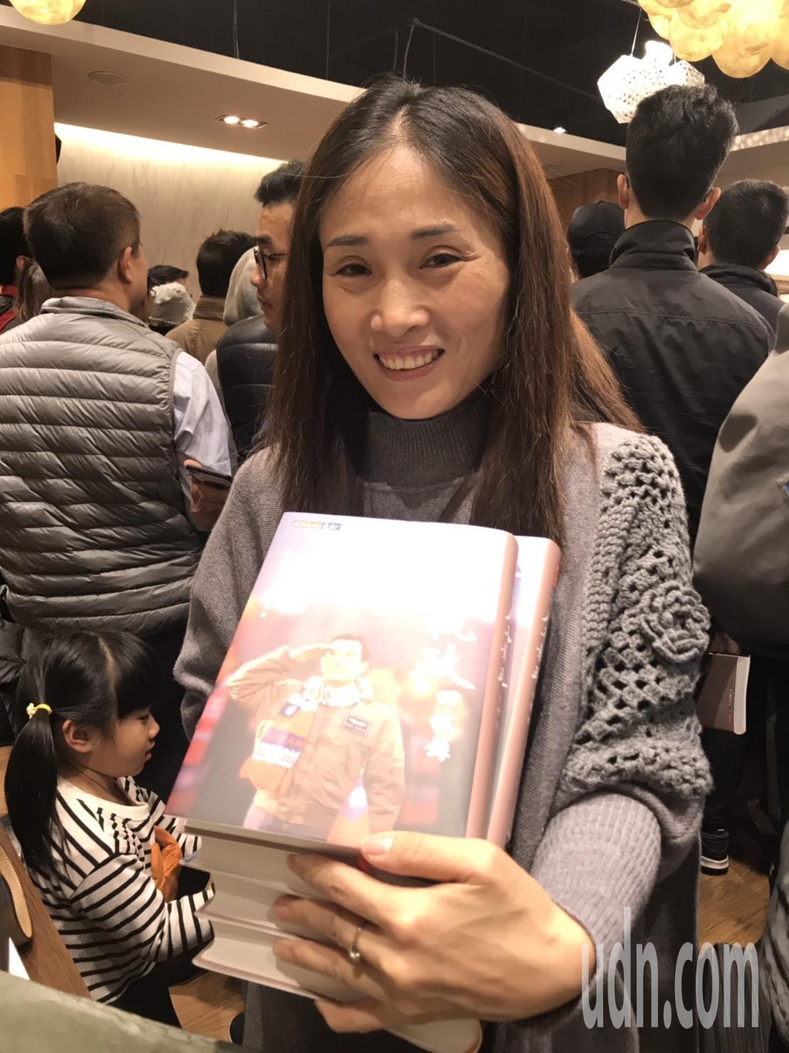 來自新北市的袁姓婦人,在花蓮買了42本馬前總統的新書。記者王燕華/攝影