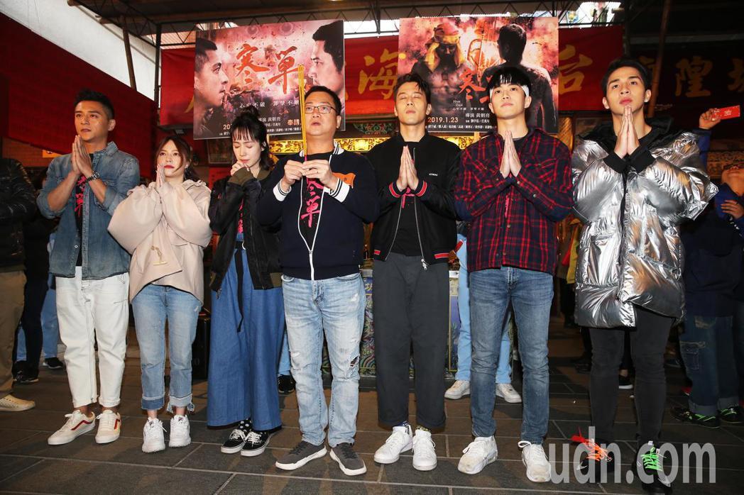 導演黃朝亮的率領演員們先到霞海城隍廟祈福參拜。記者徐兆玄攝影