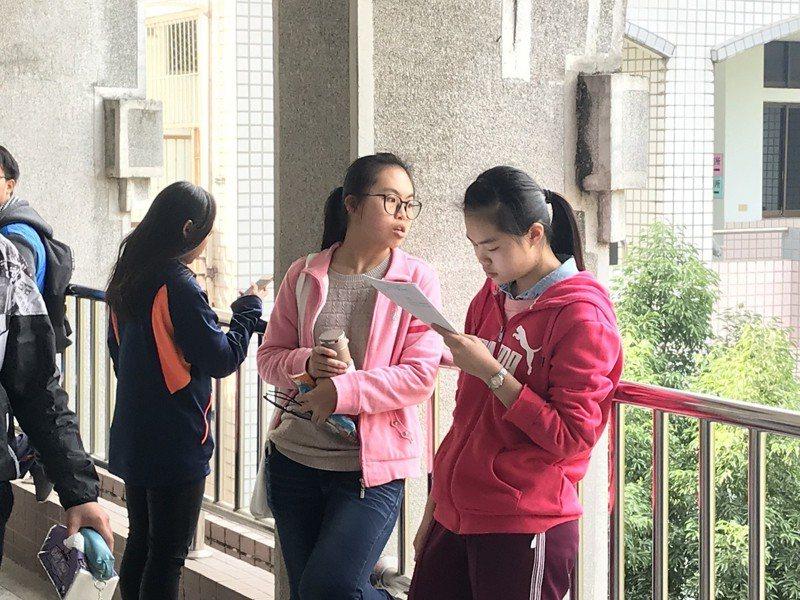 108學年度學科能力測驗今天考數學、國寫和自然,考生把握時間溫習書本。記者姜宜菁/攝影