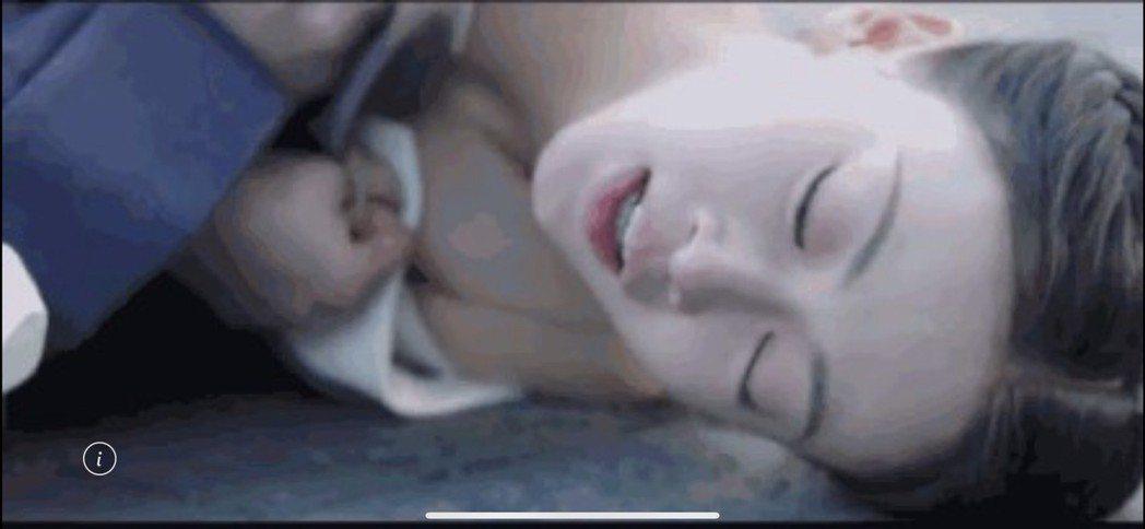 吳謹言演出「皓鑭傳」慘遭虐畫面,意外露乳溝。圖/摘自微博
