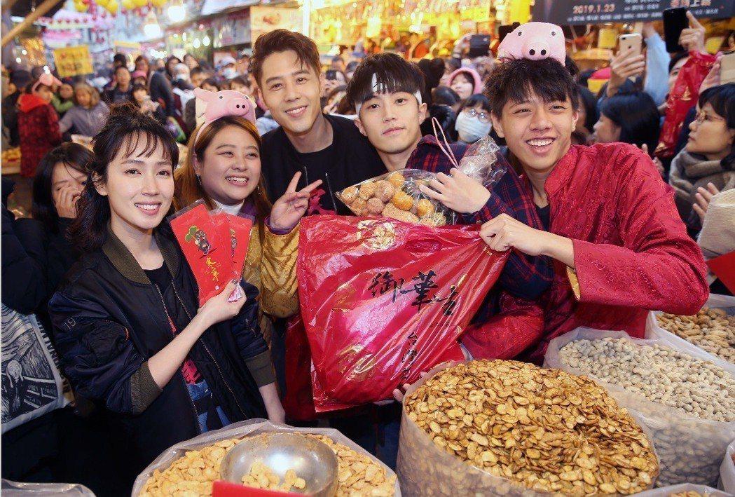 小薰(左起)、胡宇威、徐謀俊邊買年貨邊發紅包、合影。記者徐兆玄/攝影