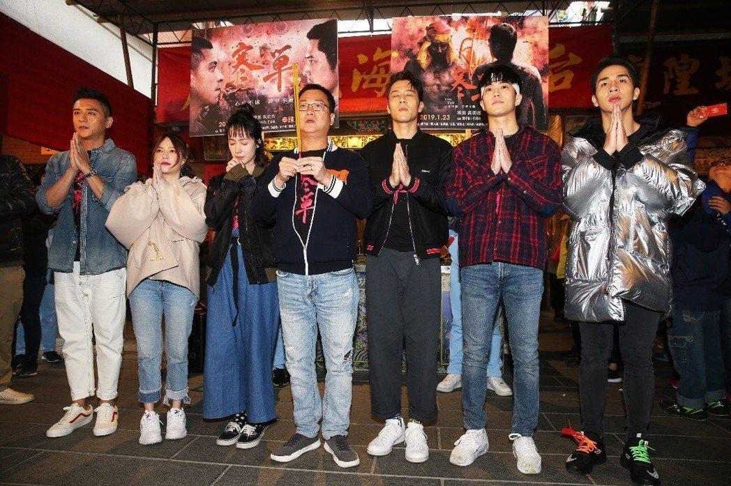 「寒單」導演黃朝亮(中持香者)及主要演員到霞海城隍廟祈福。記者徐兆玄/攝影