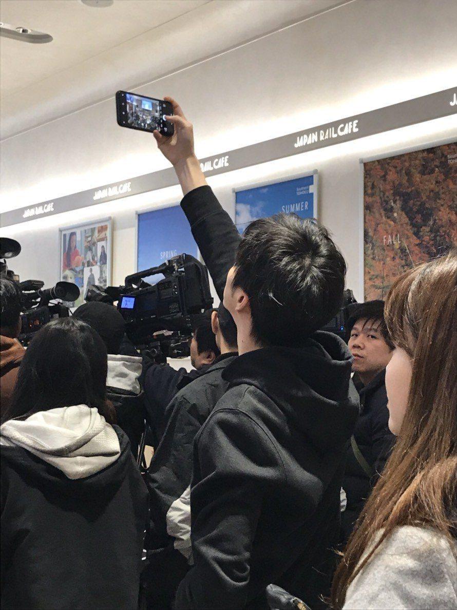 江宏傑在台下幫老婆拍照。記者梅衍儂/攝影