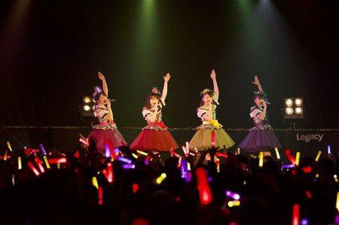 日本女團「桃色幸運草Z」26日晚間在華山Legacy舉辦首場台灣演唱會,全場1100名歌迷光聽到開場「Z傳說」的前奏,立刻發出整齊劃一的應援聲,吼聲震天完全不輸日本場。她們在日本已經是巨蛋座位一票難...