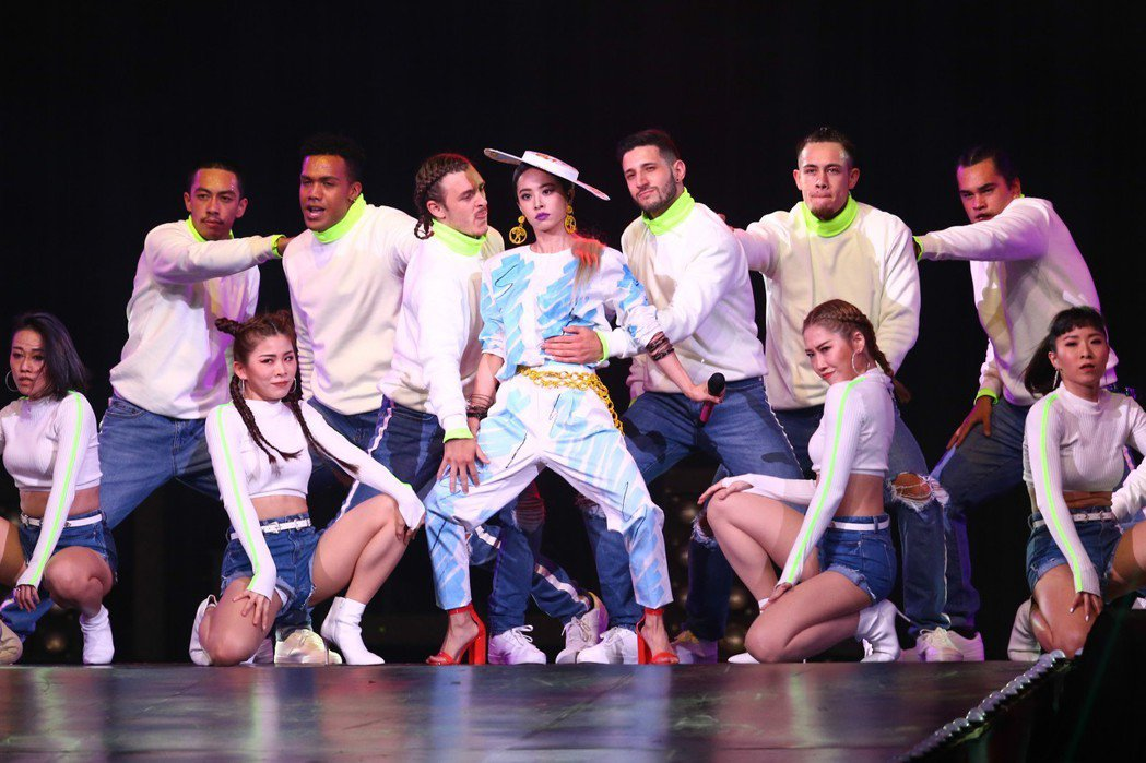 蔡依林(中)率12位舞者唱跳。記者葉信菉/攝影