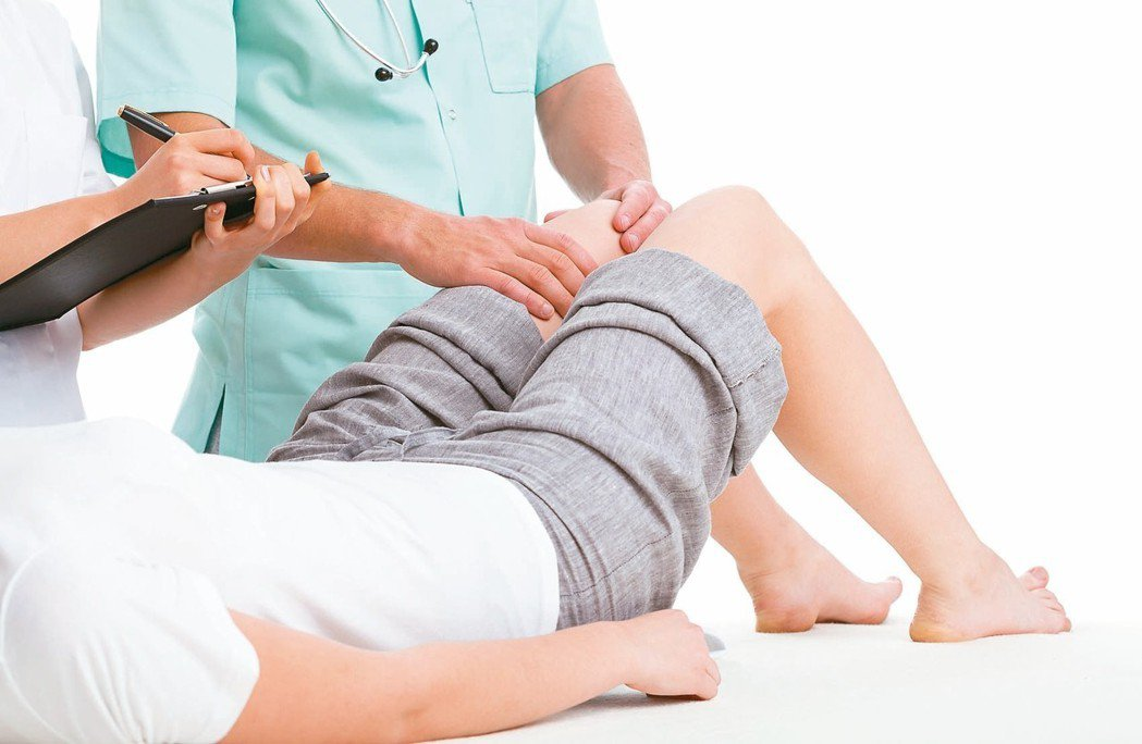 人工膝關節分為四個部分,包括大腿骨末端金屬套、小腿骨頂端金屬板、兩個金屬間的塑膠...
