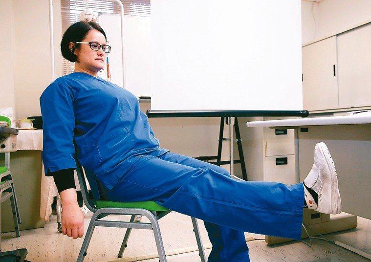 中年之後,持續練腿,坐在椅子上,單腳伸直,指尖往身體傾,伸直五秒後,單腳彎曲90...