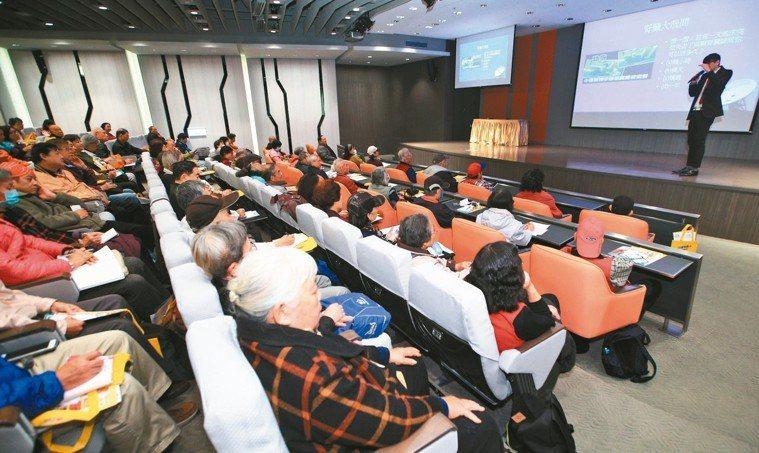 據統計,台灣慢性腎衰竭患者約兩百萬人,洗腎人口已突破八萬人,健保年支出近四百億元...