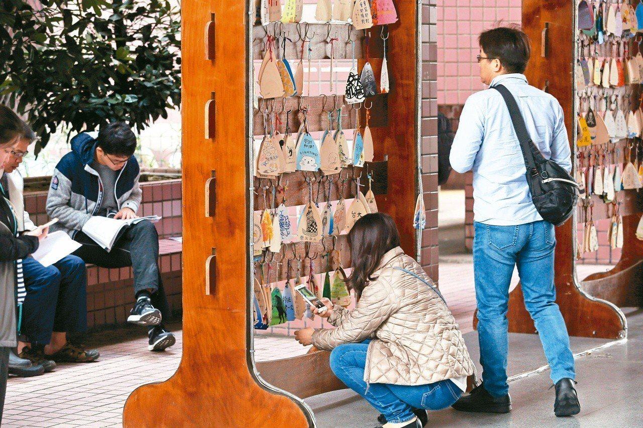 大學學測第二天,考生紛紛做最後衝刺,學校祈福牌鼓勵學生邁向目標。記者曾吉松/攝影