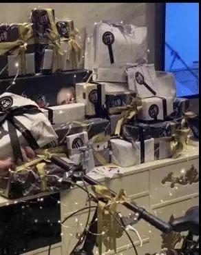 男公關收到的28歲生日禮令人嘆為觀止。 圖/北青報微博