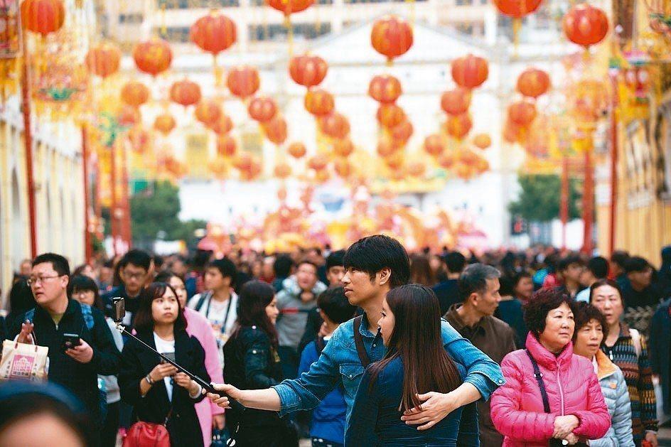 農曆春節假期,可善用保險業者提供的服務,讓保障不打折。 新華社
