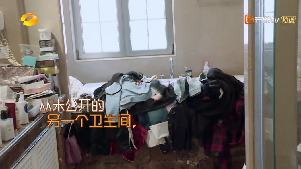 浴室內堆滿衣物。 圖/擷自Youtube