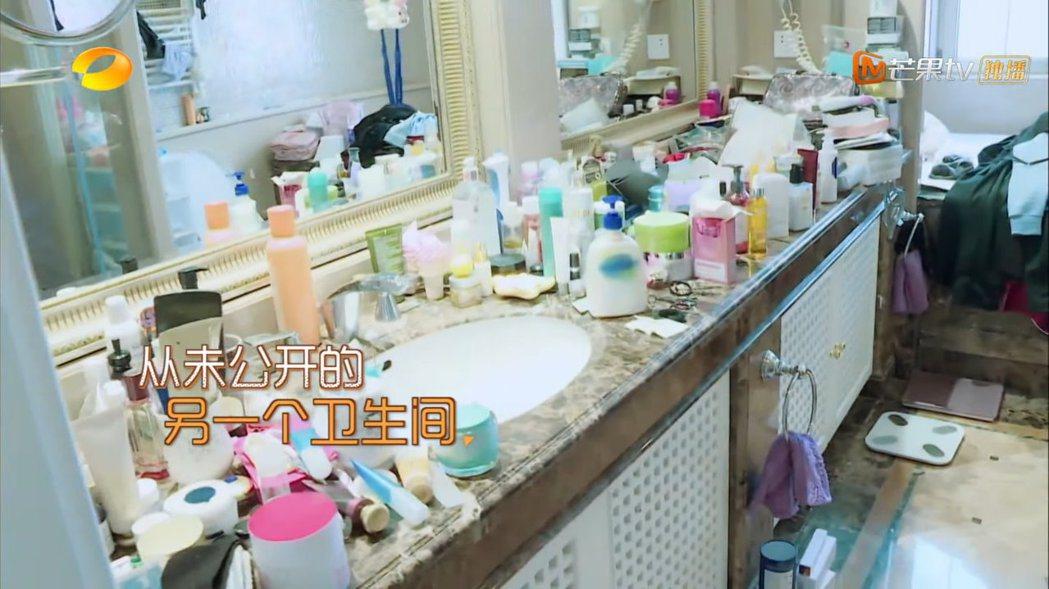 浴室內洗手檯堆滿各種保養品雜物。 圖/擷自Youtube