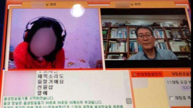 千璂元(右)與美華(左)在色情直播網站商量如何逃亡。(視頻截圖)