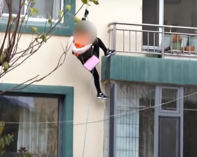 逃脫時,她們綁了一條繩索,從窗戶向下爬到地面。(視頻截圖)
