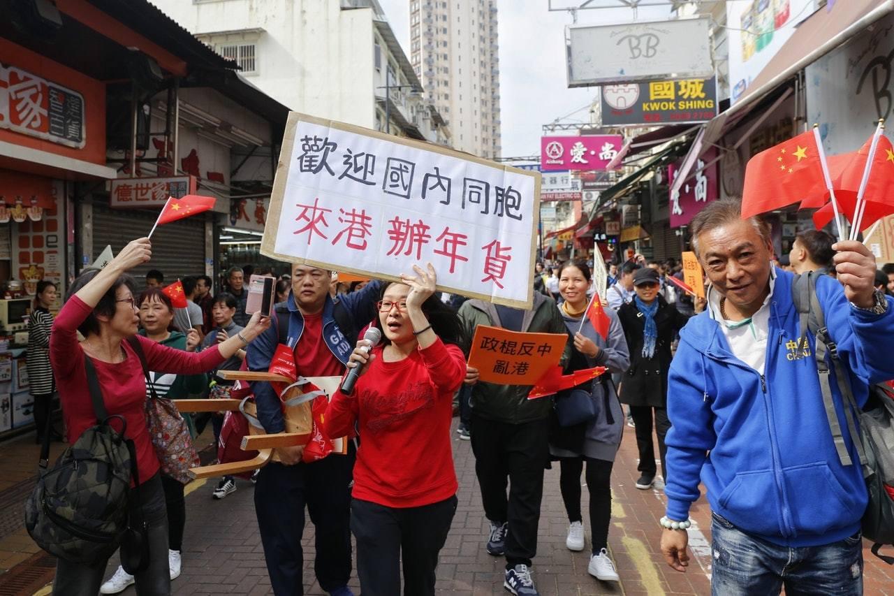 愛港行動走近民主黨隊伍,並高叫「香港是共產黨的地方」。 香港01記者/張浩維攝影