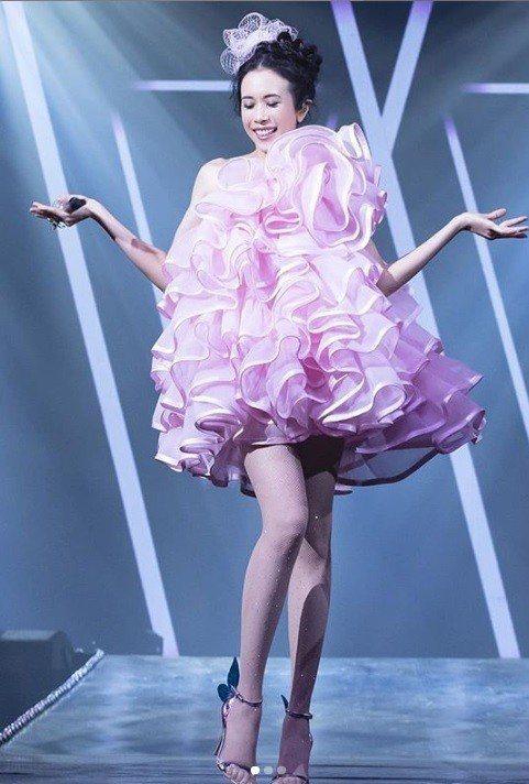 拿下本屆風雲歌手的莫文蔚,選穿Marc Jacobs春夏的一襲粉紅色蛋糕洋裝。圖...