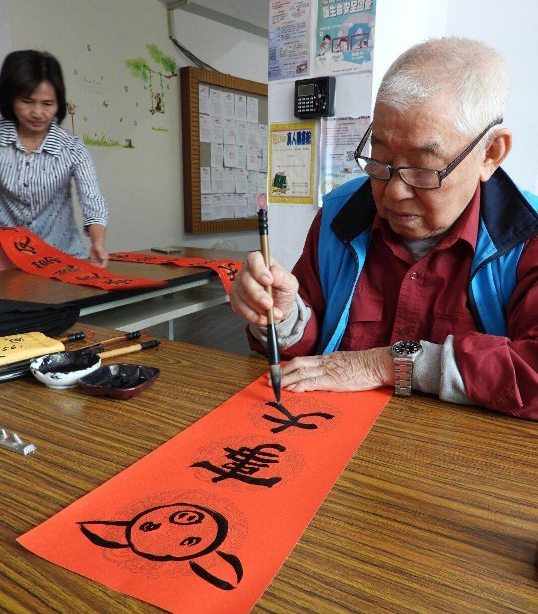 仁德區公所年節活動,書法家王錫圭寫贈春聯。記者周宗禎/攝影