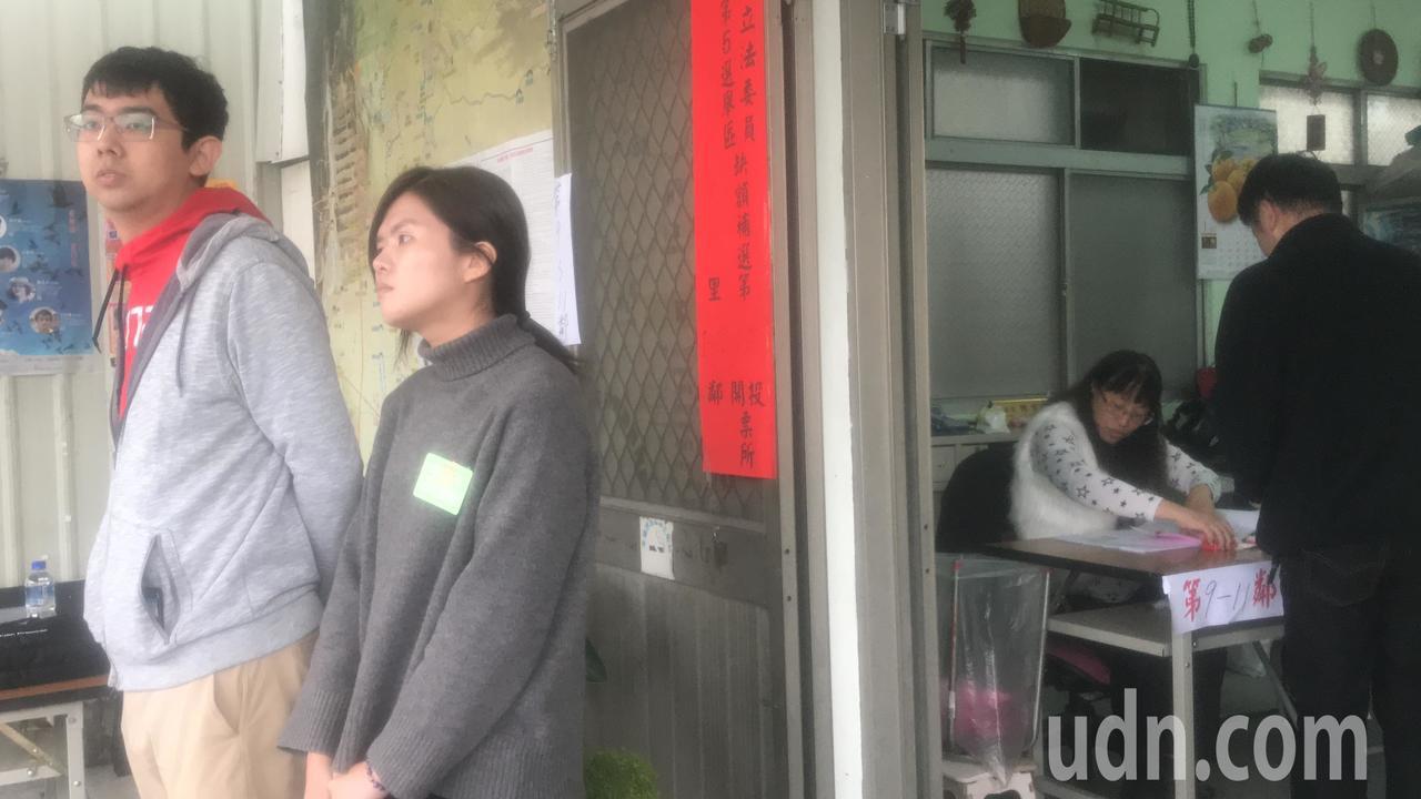 台中市立委補選,進行4小時,中午約有一成八投票率。投開票所工作人員比選民多。記者...