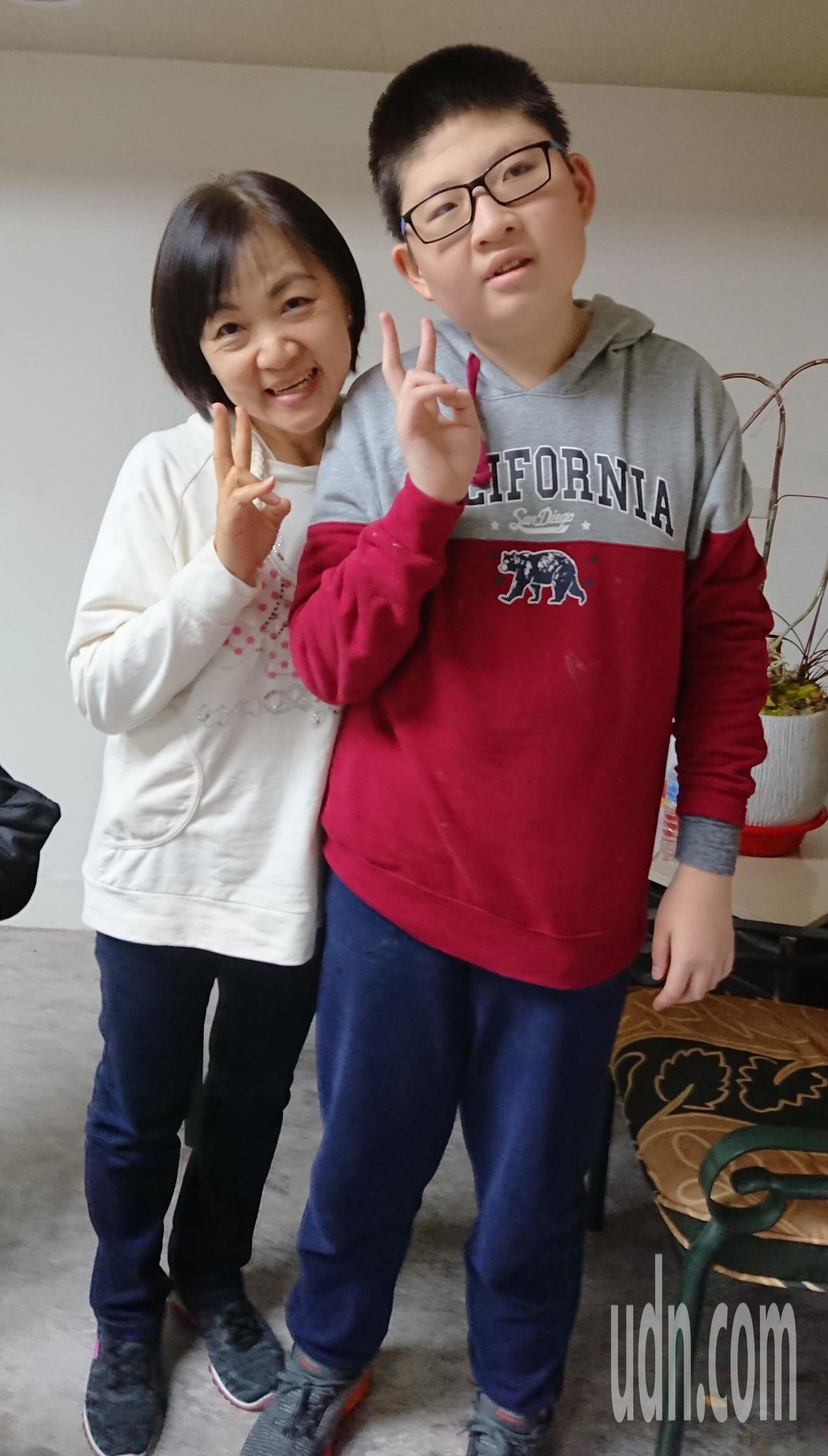 去年獲總統教育獎的小胖威利病友蘇亦禾(右)27日和媽媽一同出席協會活動,蘇媽媽鼓...