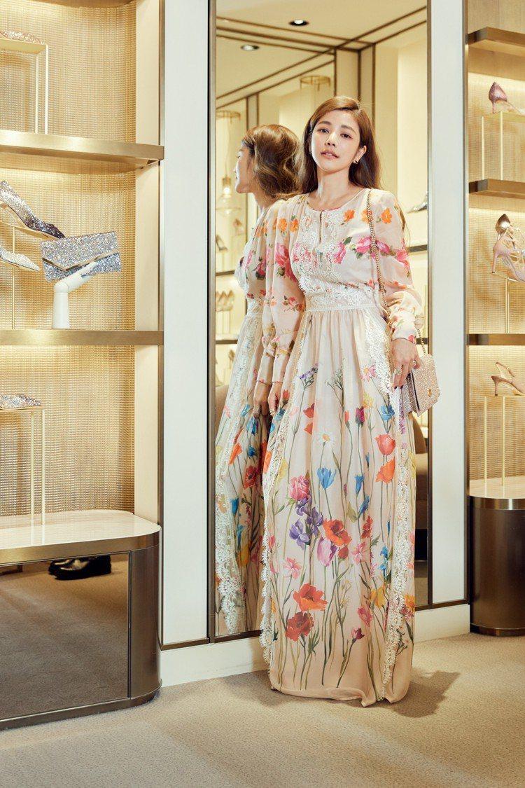 許路兒穿Blumarine春夏洋裝,11萬2,000元,Jimmy Choo包款...