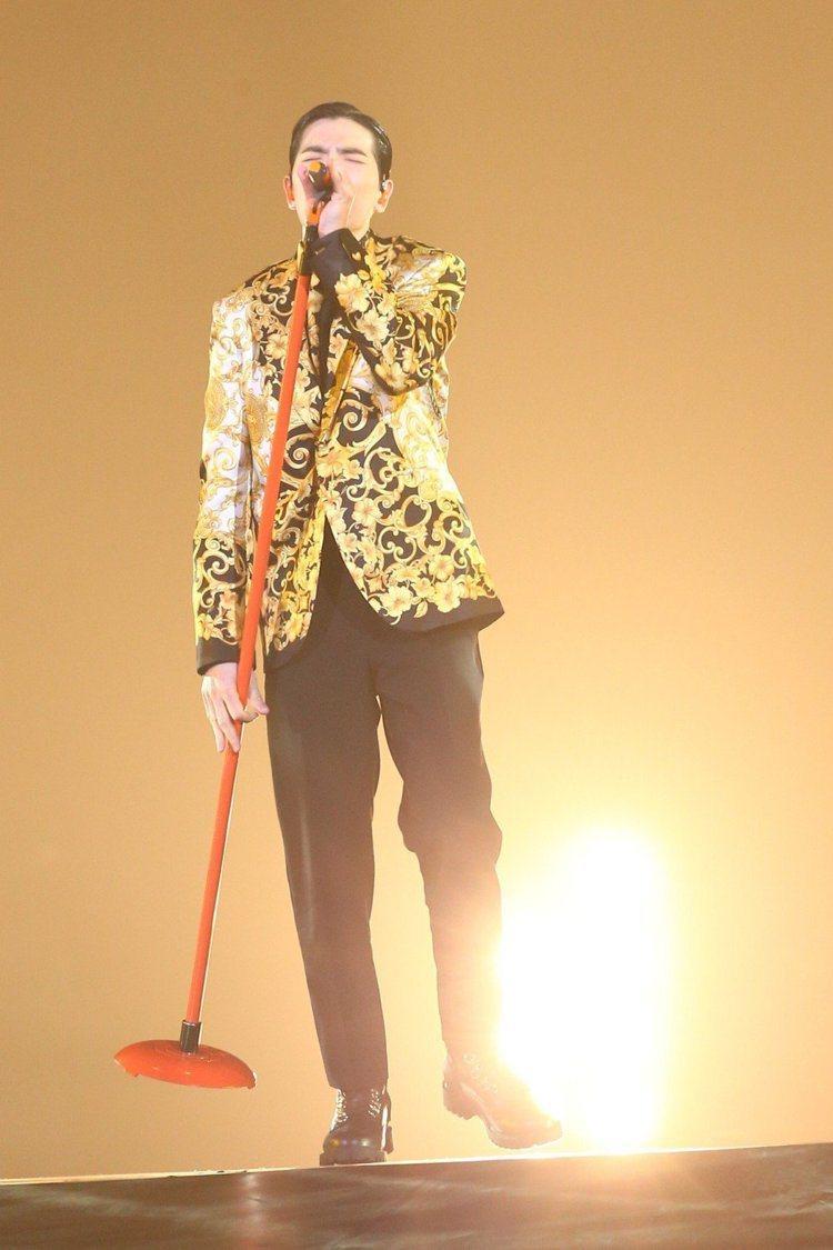金色圖紋搭配黑西裝褲流露繁複之美,舞台王者魅力藏不住,在燈光效果的陪襯下更彰顯出...