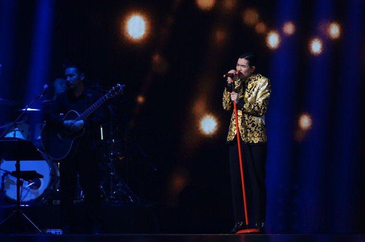 在KKBOX風雲榜活動上,老蕭穿的是Versace早春男裝系列中的圖騰西裝,金色...