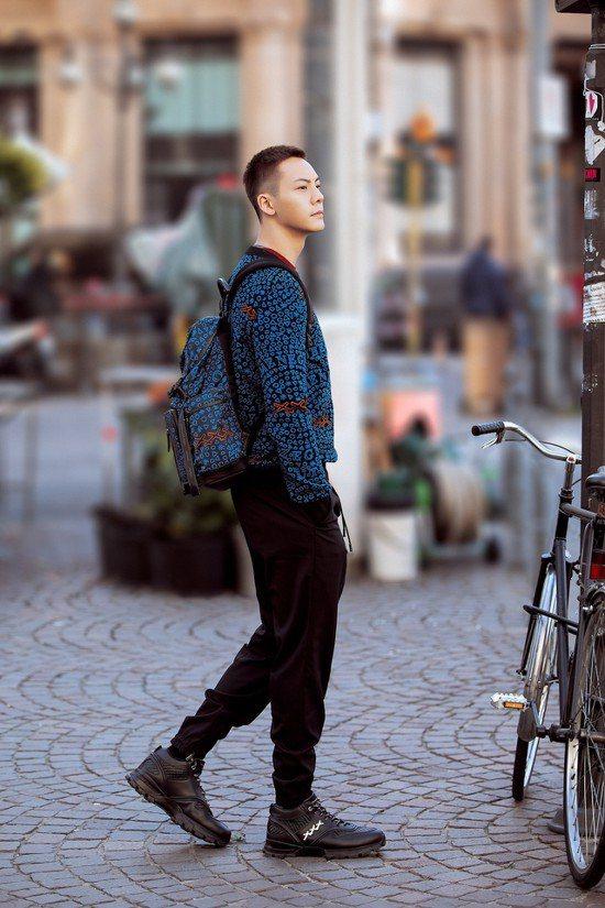 陳偉霆在到達米蘭參加男裝周活動時,也率先穿上My Cesare運動鞋漫步街頭。圖...