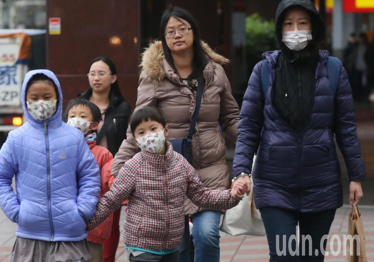 中央氣象局今天發布低溫特報。聯合報系資料照/記者林俊良攝影