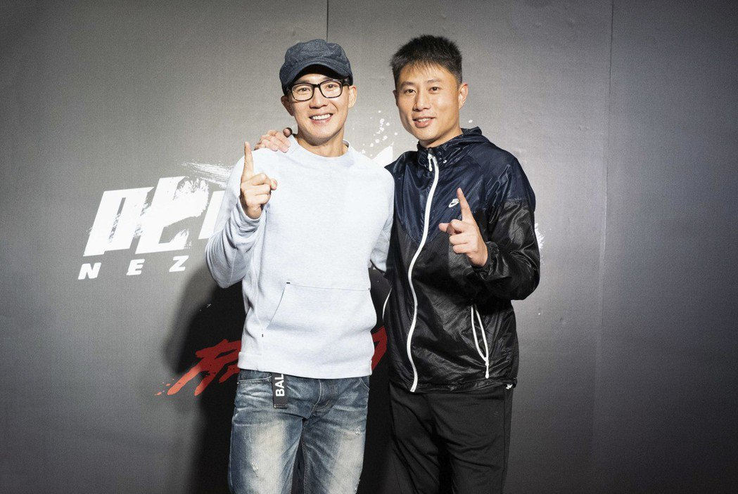 製作、出品人劉畊宏(左)、彭小刀舉辦殺青酒宴。圖/創映電影、量能影業提供
