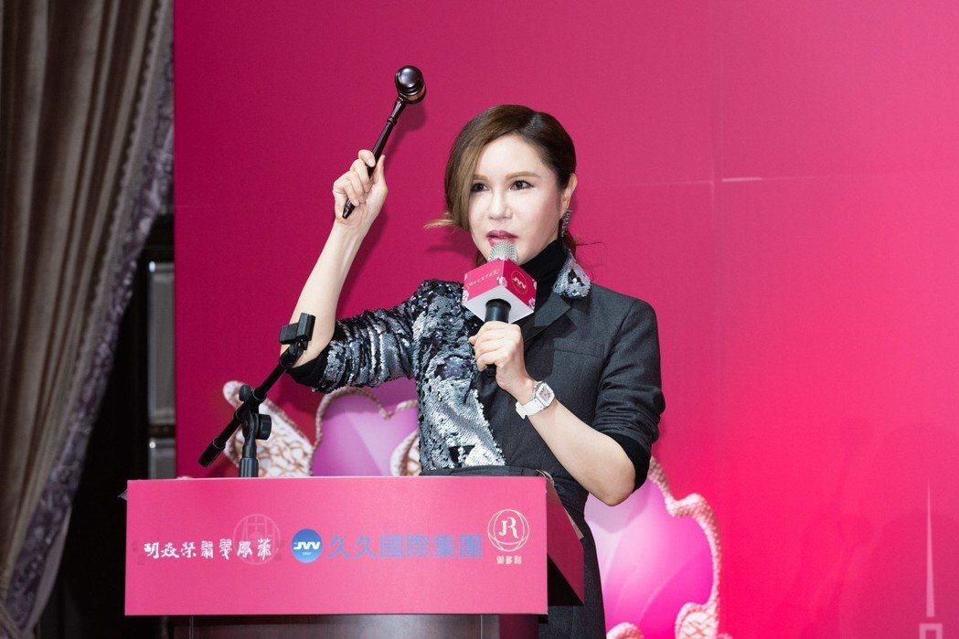 利菁受邀擔任慈善拍賣官。圖/伊林娛樂提供