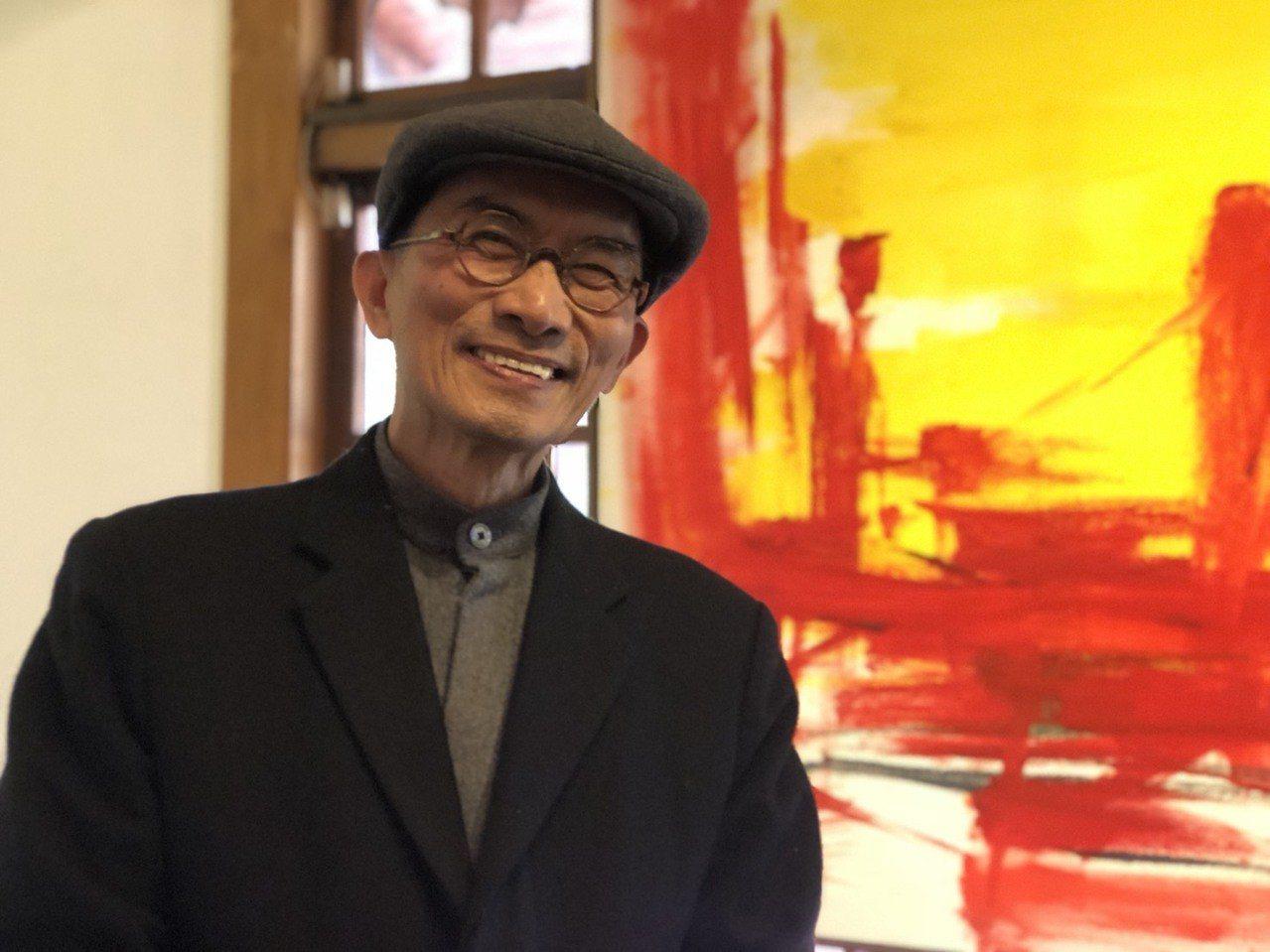 「昭和J18」特展區正展出畫家邱秉恆(左二)的書法及油畫作品。記者王慧瑛/攝影