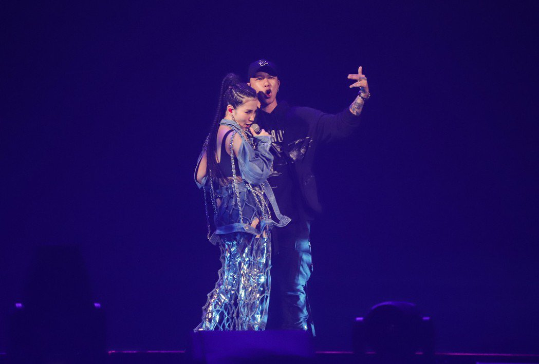 小春(右)和同為嘻哈歌手的老婆呆寶靜(左)在演唱會上合體。圖/本色音樂提供