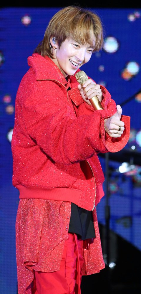 韓星李準基27日晚間在台北國際會議中心舉辦個人演唱會,他2017年來台時以流行語「寶寶」甜喚粉絲,這次與時俱進,用蔡依林的新歌歌名稱讚台粉「今天你們怪美的」。除了多句中文問候,李準基更準備了超過3首...