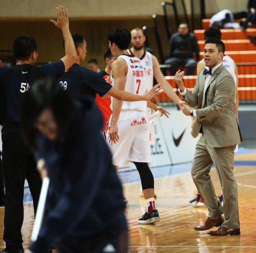 璞園隊教頭麥班達(右一)單場領到兩次技術犯規,遭吹出場。圖/中華籃球協會提供
