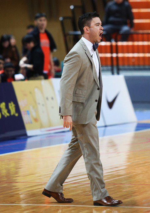 璞園隊教頭麥班達單場領到兩次技術犯規,遭吹出場。圖/中華籃球協會提供