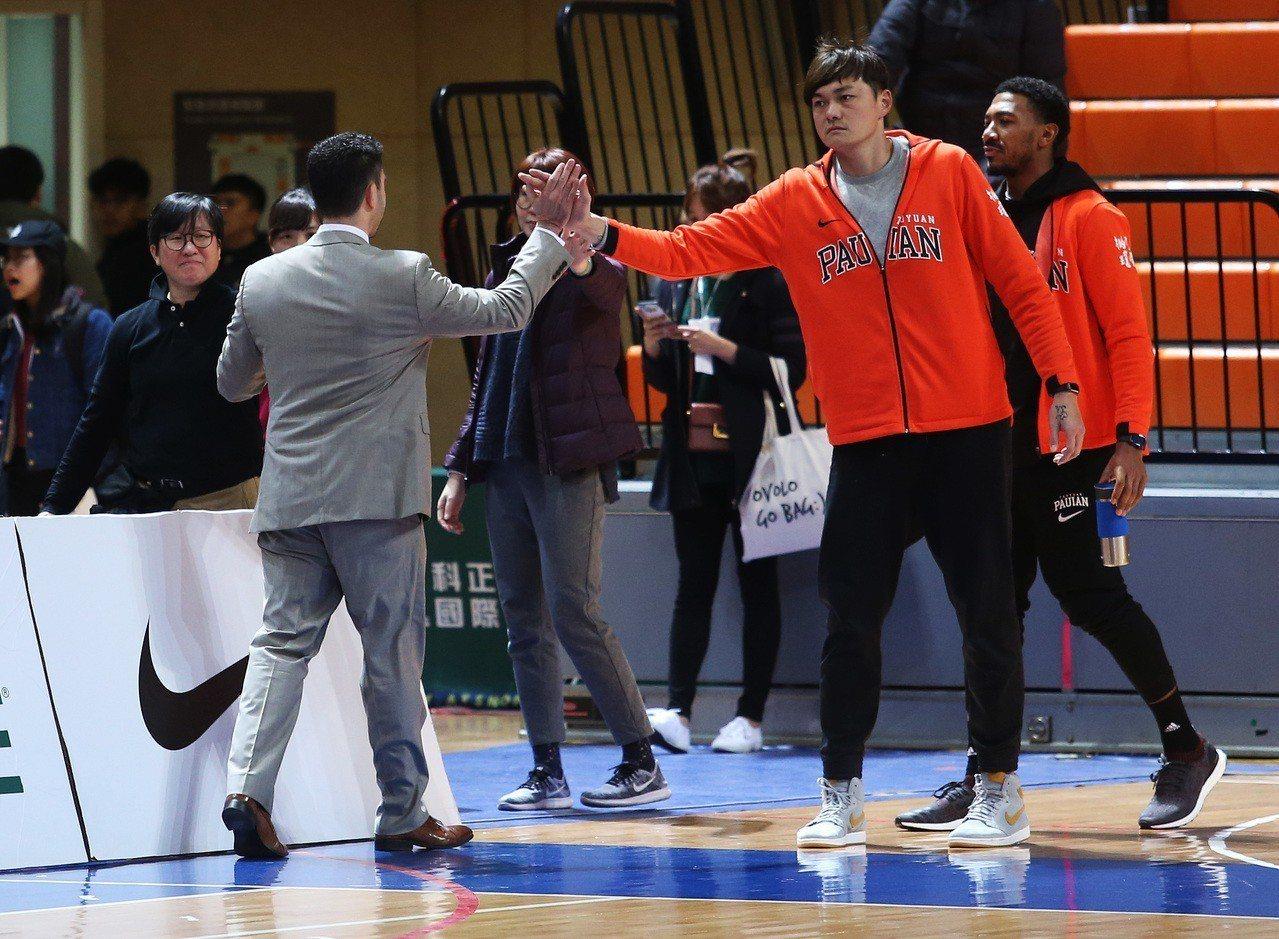 璞園隊教頭麥班達(左一)單場領到兩次技術犯規,遭吹出場。圖/中華籃球協會提供