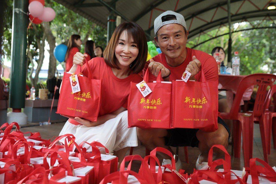 范文芳、李銘順夫妻做公益,趁著年節分送老人新年裡。圖/凱渥提供