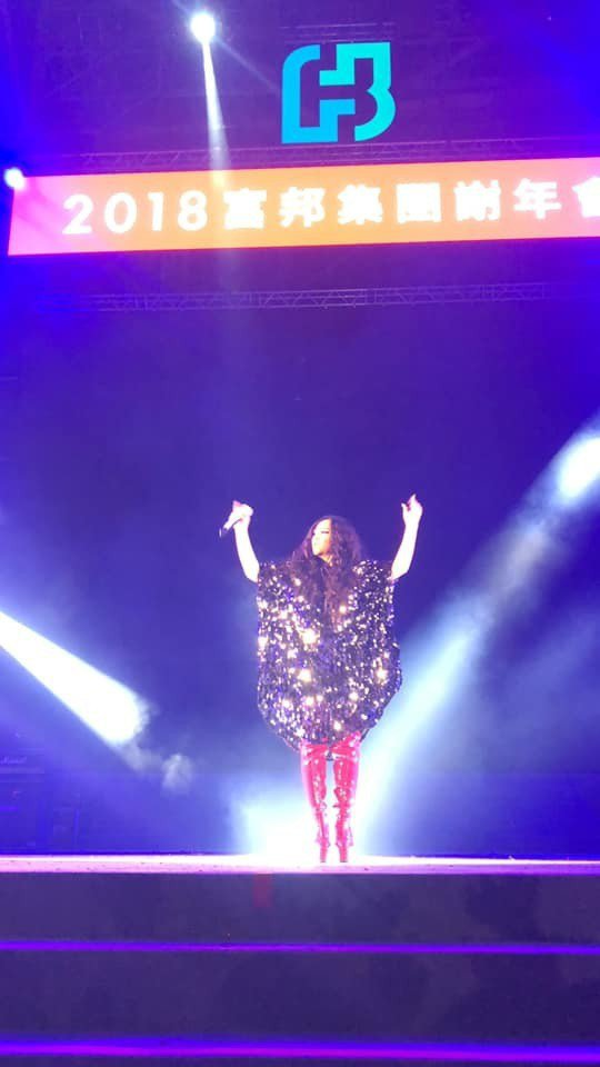穿著亮片裝的阿妹在燈光照射下光芒萬丈,充滿魅力。圖/摘自臉書
