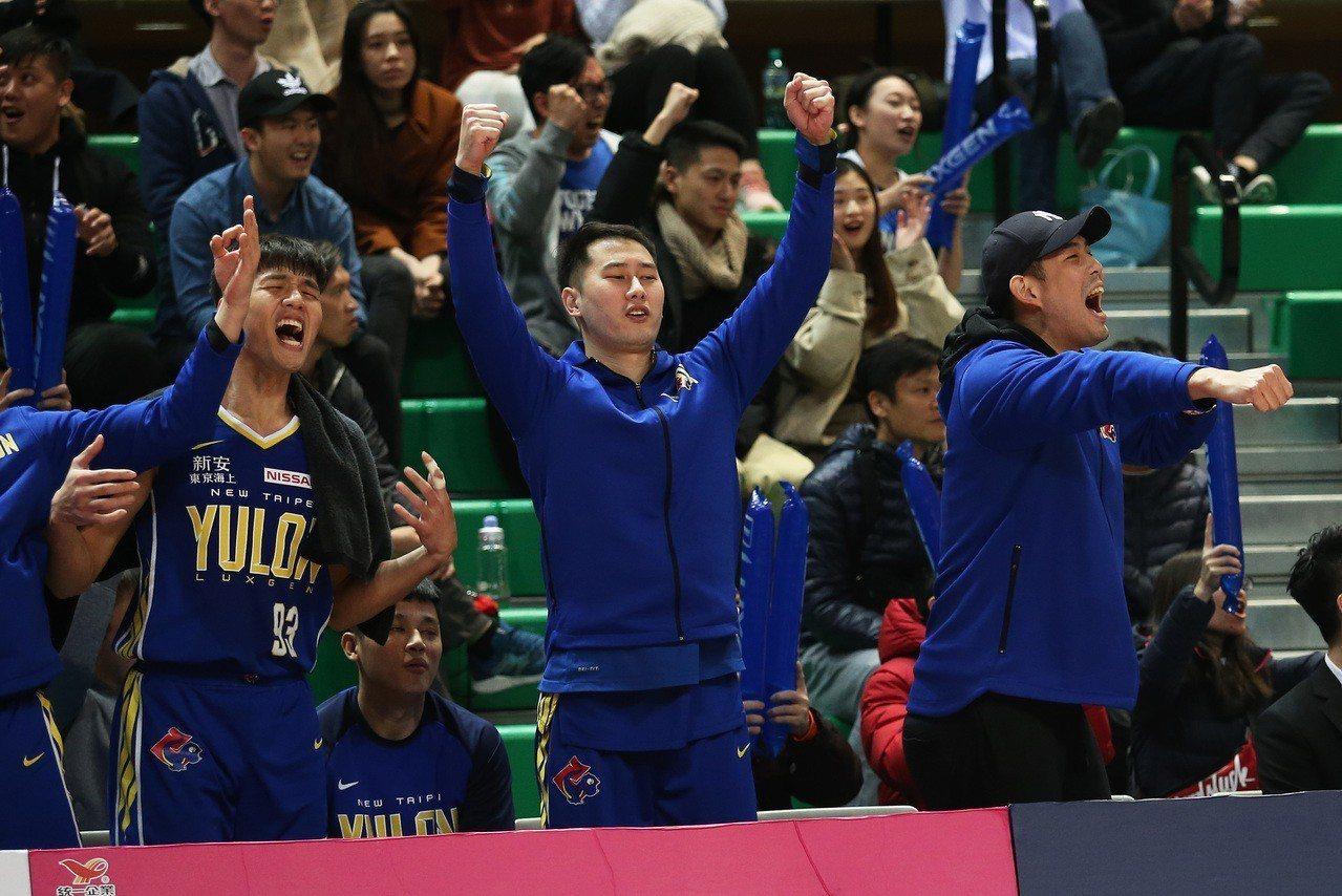裕隆隊收下30分大勝,板凳區一起慶祝。圖/中華籃球協會提供